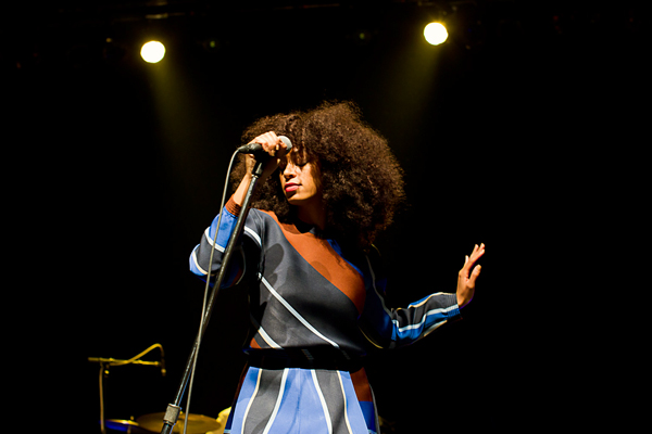 Solange knowles performing in toronto  in a cobalt and brown printed Ostwald Helgason dress